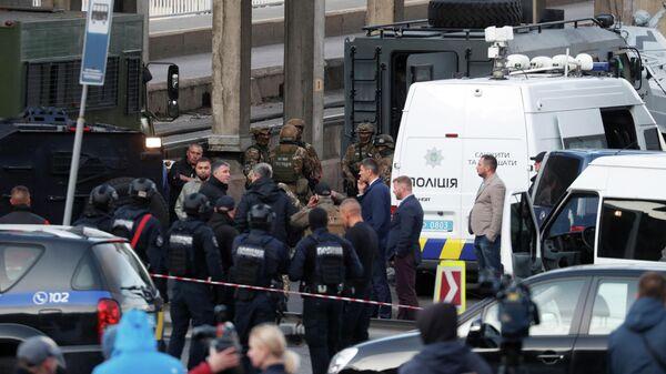 Сотрудники полиции на месте операции по задержанию мужчины, который угрожал взорвать мост. Киев