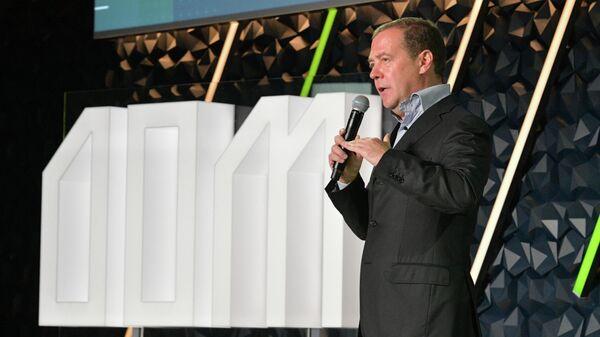 Председатель правительства РФ Дмитрий Медведев выступает на форуме Среда для жизни: города в Великом Новгороде. 20 сентября 2019