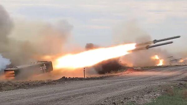Стрельбы тяжелых огнеметных систем ТОС-1А Солнцепек и реактивных установок разминирования УР-77 Метеорит на учениях Центр-2019.