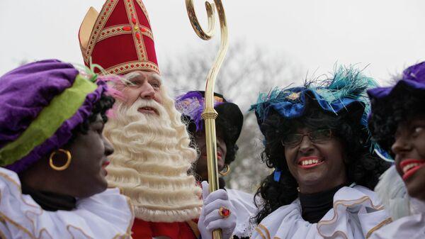 Синтерклаас, голландский Санта-Клаус, в окружении так называемых Черных Питов