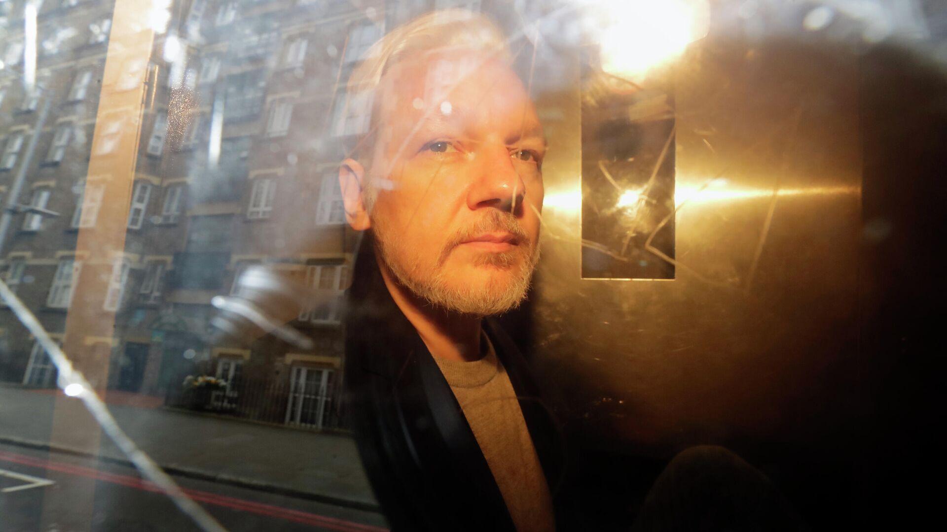 Основатель WikiLeaks Джулиан Ассанж у здания суда в Лондоне, Великобритания. 1 мая 2019 - РИА Новости, 1920, 26.06.2021