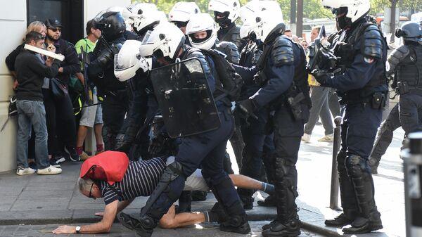 Сотрудники полиции во время акции протеста желтых жилетов в Париже. 21 сентября 2019