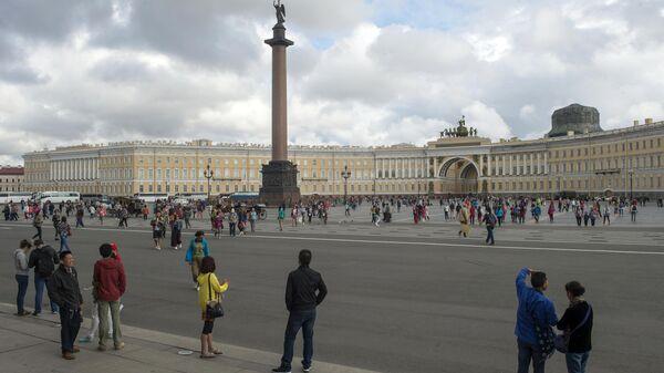 Туристы на Дворцовой площади в Санкт-Петербурге