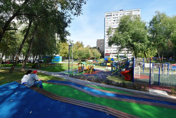 Благоустроенный двор на улице Бакинская в Москве