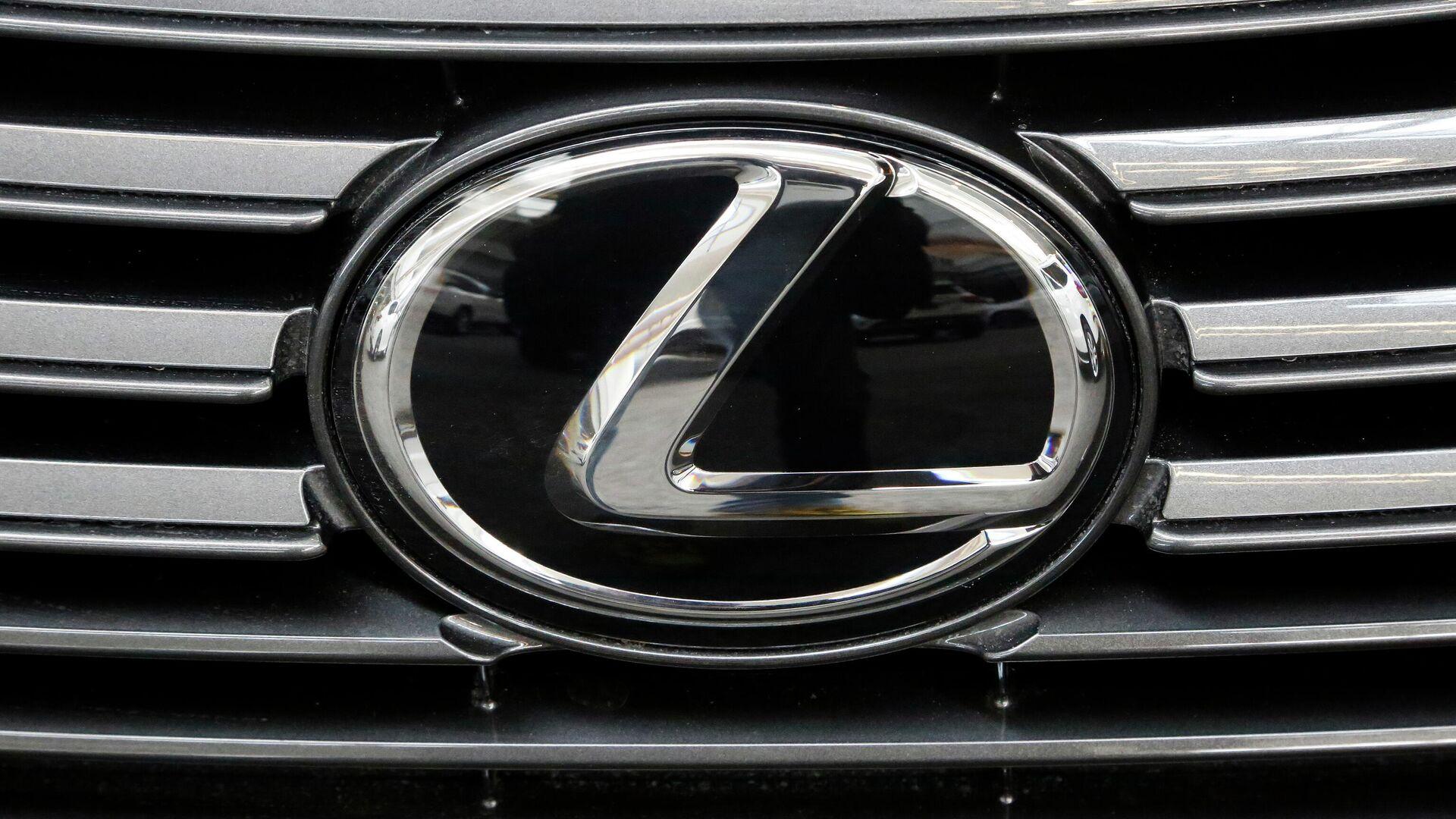 Эмблема Lexus на радиаторной решетке автомобиля - РИА Новости, 1920, 25.09.2020