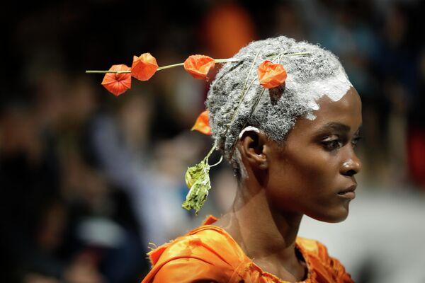 Модель во время показа коллекции Marni на Неделе моды в Милане