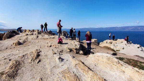 Туристы на Мысе Бурхан на острове Ольхон в Иркутской области
