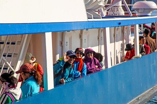 Иностранные туристы на пароме Семен Батагаев во время переправы с материка на остров Ольхон озера Байкал в Иркутской области