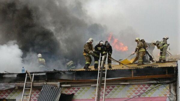 Тушение пожара в двухэтажном магазине в Нижневартовске