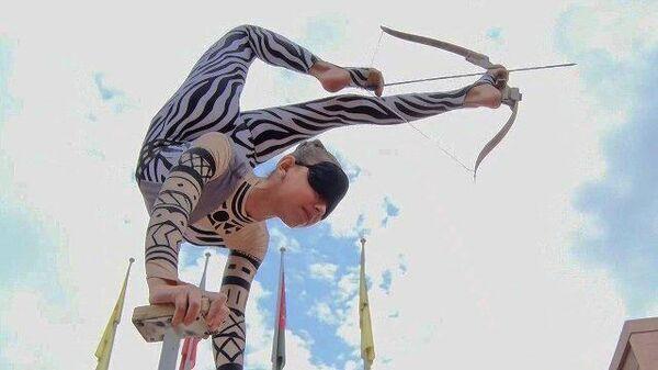 Стрельба из лука ногами и вслепую: юная циркачка установила рекорд