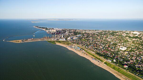 Ейский морской торговый порт и городская застройка на Ейской косе между Таганрогским заливом и Ейским лиманом Азовского моря
