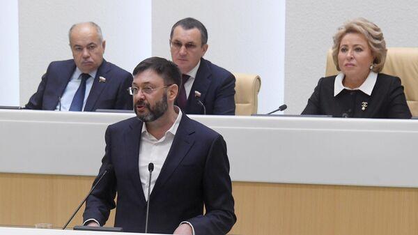 Руководитель портала РИА Новости Украина Кирилл Вышинский выступает на заседании Совета Федерации РФ