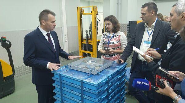 Миллиард рублей пятитысячными купюрами помещается в контейнер объемом менее одного кубометра