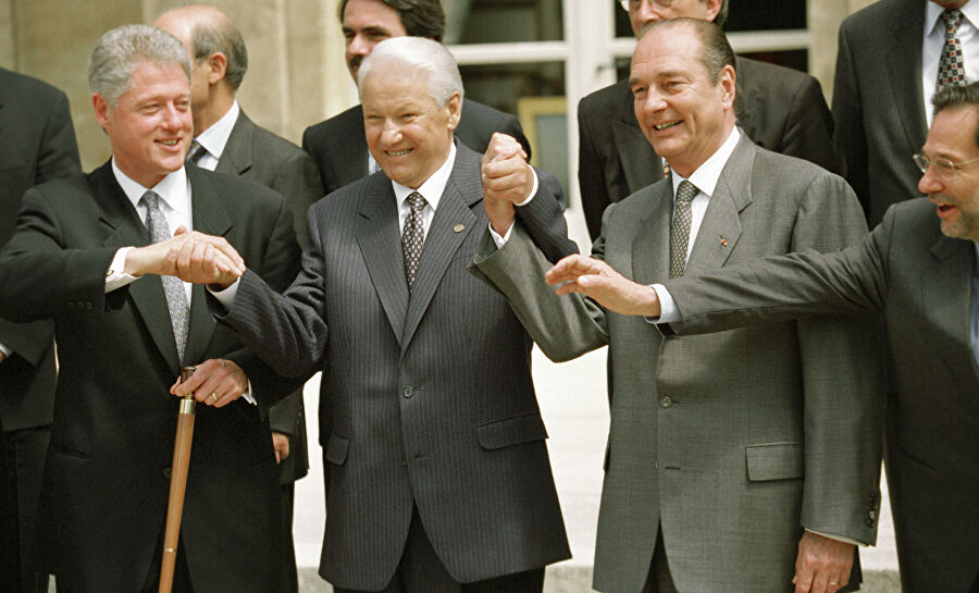 Слева направо: президент США Билл Клинтон, президент России Борис Ельцин, президент Франции Жак Ширак после подписания Основополагающего акта «Россия — НАТО»