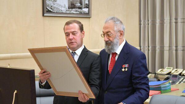 Председатель правительства РФ Дмитрий Медведев поздравляет с 80-летием ученого-океанолога, депутата Государственной думы РФ Артура Чилингарова