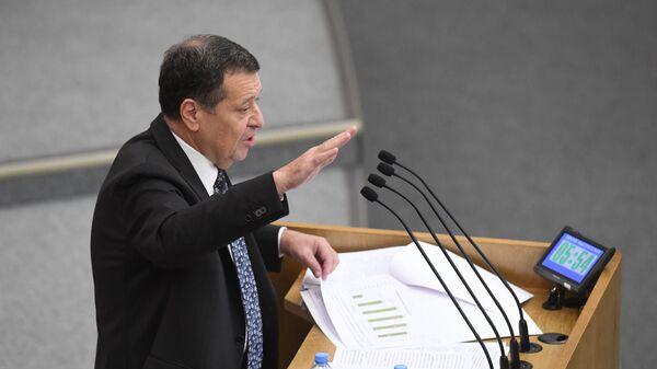 Председатель комитета Государственной Думы РФ по бюджету и налогам Андрей Макаров выступает на пленарном заседании Госдумы РФ