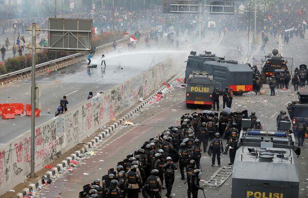 Акция протеста студентов у здания индонезийского парламента в Джакарте. 24 сентября 2019 года