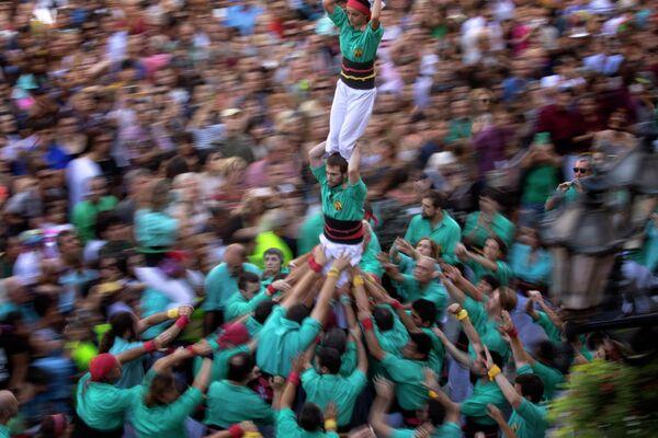Возведение башни из людей во время фестиваля Ла Мерсе в Барселоне