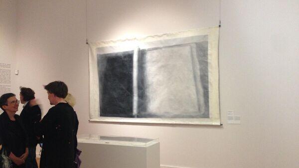 Посетители на выставке Очень важное сообщение в Третьяковской галерее