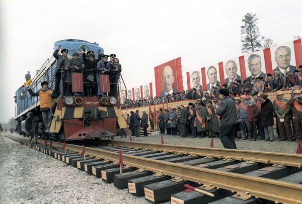 Байкало-Амурская магистраль. В Куанде состоялась укладка последнего, золотого звена магистрали. Стальной мост замкнулся