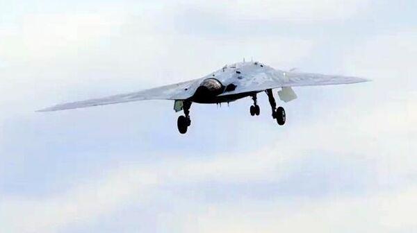 Новейший ударный беспилотник Охотник во время первого совместного полета с Су-57