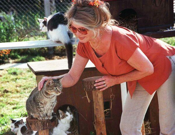 Брижит Бардо в приюте для животных La Mare Auzou в Сен-Обен-ле-Гишаре. 1997 год
