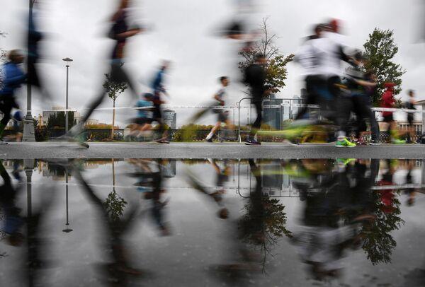 Участники VII Московского марафона во время забег
