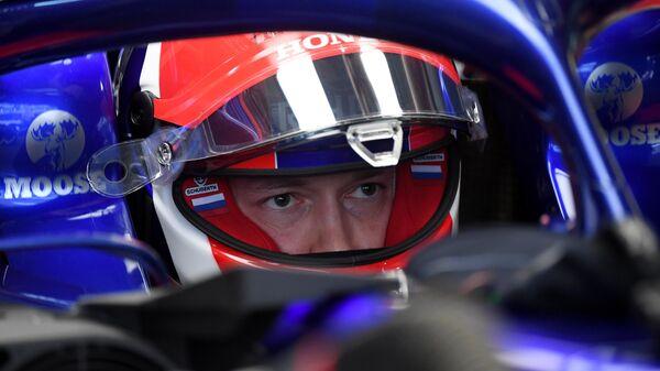 Пилот команды Торо Россо Даниил Квят перед началом третьей сессии свободных заездов 16-го этапа чемпионата мира по кольцевым автогонкам в классе Формула-1 ВТБ Гран-при России 2019 на трассе Сочи Автодром.