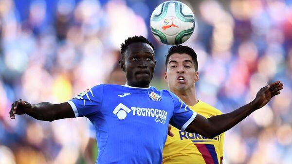 Нападающий ФК Барселона Луис Альберто Суарес (справа) и защитник ФК Хетафе Джене Даконам