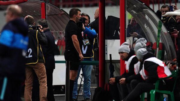 Главный судья Михаил Вилков пользуется системой видеопомощи арбитрам (VAR) в матче 11-го тура чемпионата России по футболу среди клубов Премьер-лиги между ФК Локомотив (Москва) и ФК Зенит (Санкт-Петербург).