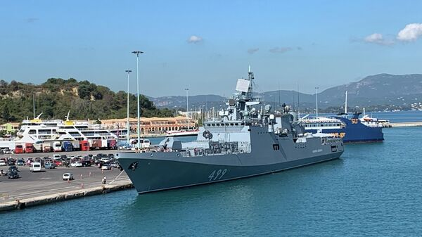 Фрегат Адмирал Макаров в порту острова Корфу в Греции