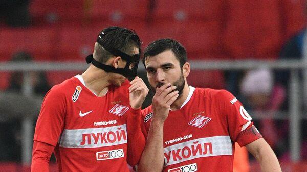 Игроки Спартака Илья Кутепов и Георгий Джикия (справа)