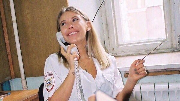 Девушка во время фотосессии в отделе Тверского ОВД