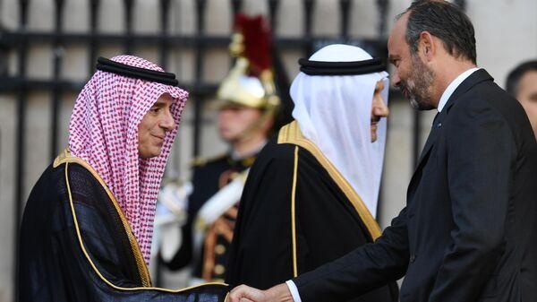 Министр иностранных дел Саудовской Аравии Адель аль-Джубейр и премьер-министр Франции Эдуар Филипп перед началом траурной церемонии прощания с бывшим президентом Франции Жаком Шираком у церкви Сен-Сюльпис