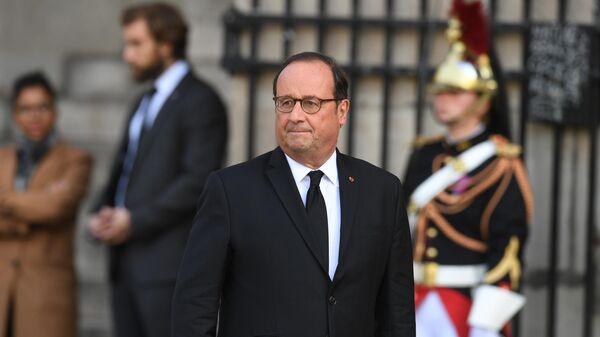 Экс президент Франции Франсуа Олланд перед началом траурной церемонии прощания с бывшим президентом Франции Жаком Шираком у церкви Сен-Сюльпис