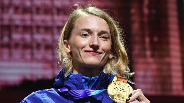 Российская спортсменка Анжелика Сидорова, завоевавшая золотую медаль в соревнования по прыжкам с шестом на чемпионате мира по легкой атлетике 2019 в Дохе.