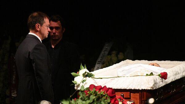 Министр культуры РФ Владимир Мединский на церемонии прощания с режиссером Марком Захаровым в театре Ленком в Москве