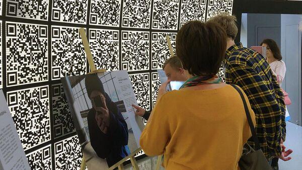 Мир глазами людей с синдромом Дауна: в Москве открылась необычная выставка