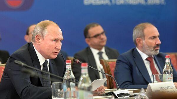Президент РФ Владимир Путин принимает участие в заседании Высшего евразийского экономического совета в Ереване. 1 октября 2019