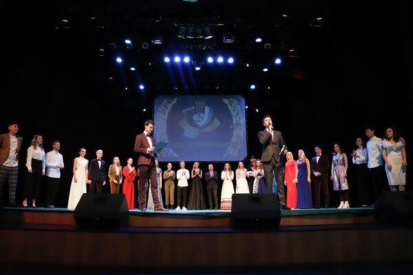 Международный конкурс исполнителей молодежной песни – ключевое событие фестиваля, в котором приняли участие более 20 молодых вокалистов, прошедших отборы в Беларуси и России