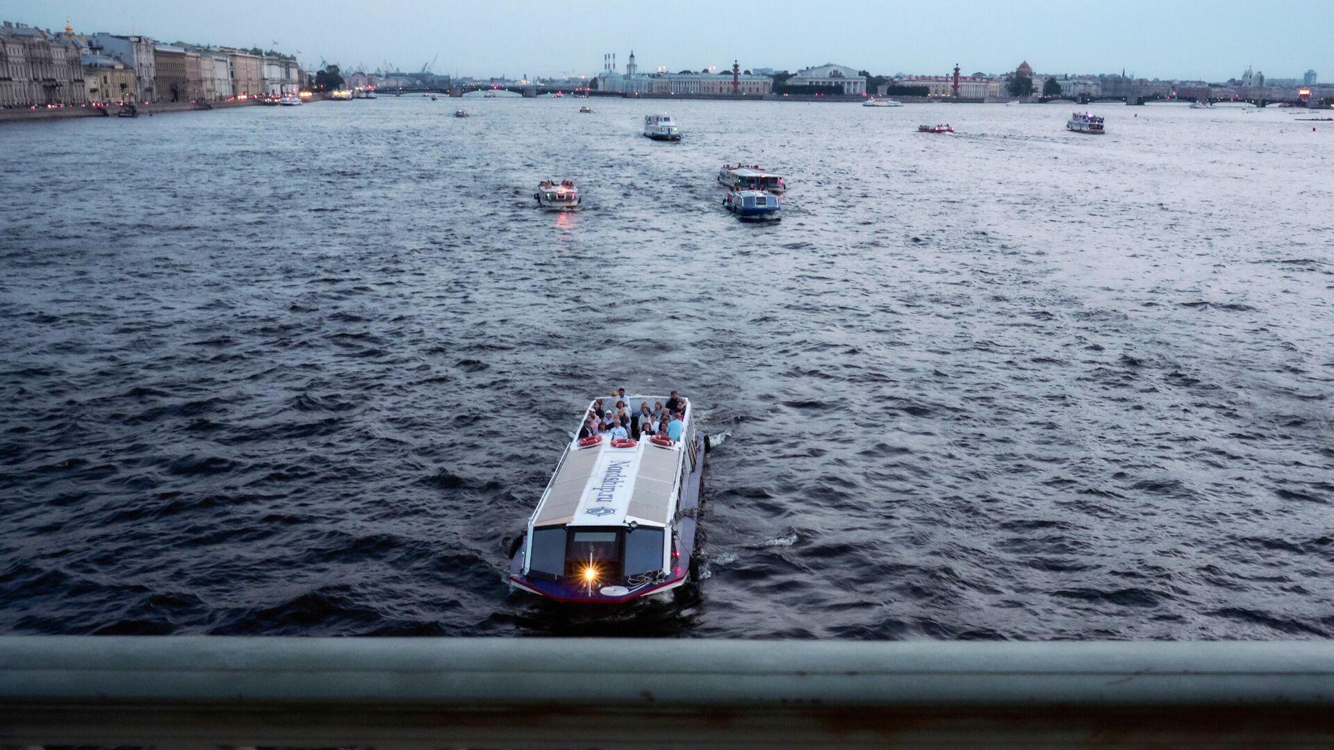 Прогулочные катера на реке Неве в Санкт-Петербурге - РИА Новости, 1920, 29.06.2021