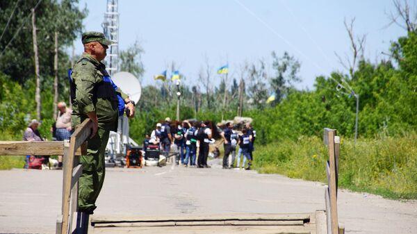 Военнослужащий ЛНР в районе пропускного пункта Станица Луганская