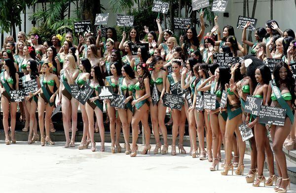 Претендентки на звание Мисс Земля 2019 с плакатами в защиту планеты
