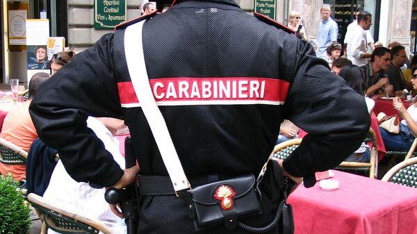 Карабинер на улице в Италии