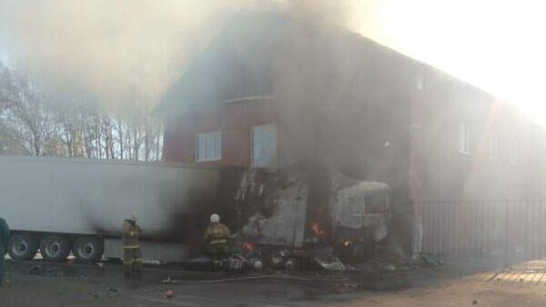 Ликвидация пожара, возникшее в результате автомобильной аварии на трассе в Тальменском районе Алтайского края