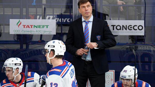 Алексей Кудашов (в центре)
