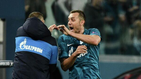 Нападающий Зенита Артем Дзюба празднует гол в ворота Бенфики