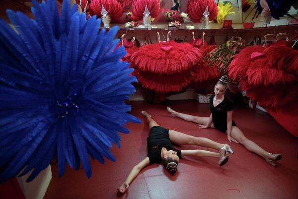 Танцовщицы Мулен Руж разминаются. 12 июня 2018 года