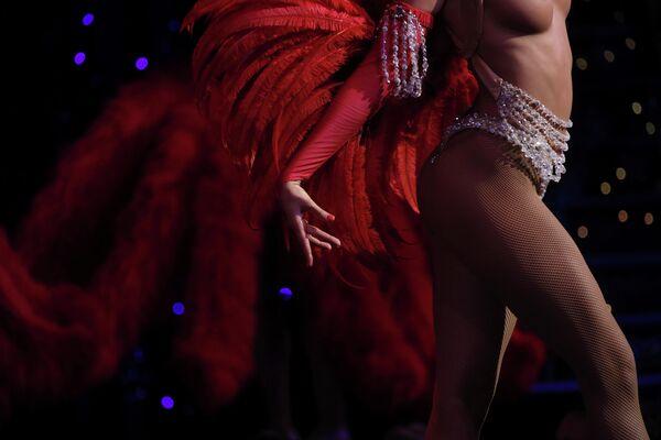Танцовщица выступает в шоу Феерия в Мулен Руж в Париже. 23 июля 2018 года