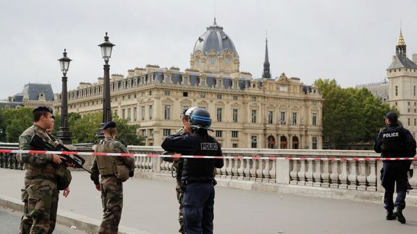 Полицейские у штаб-квартиры полиции Парижа. 3 октября 2019